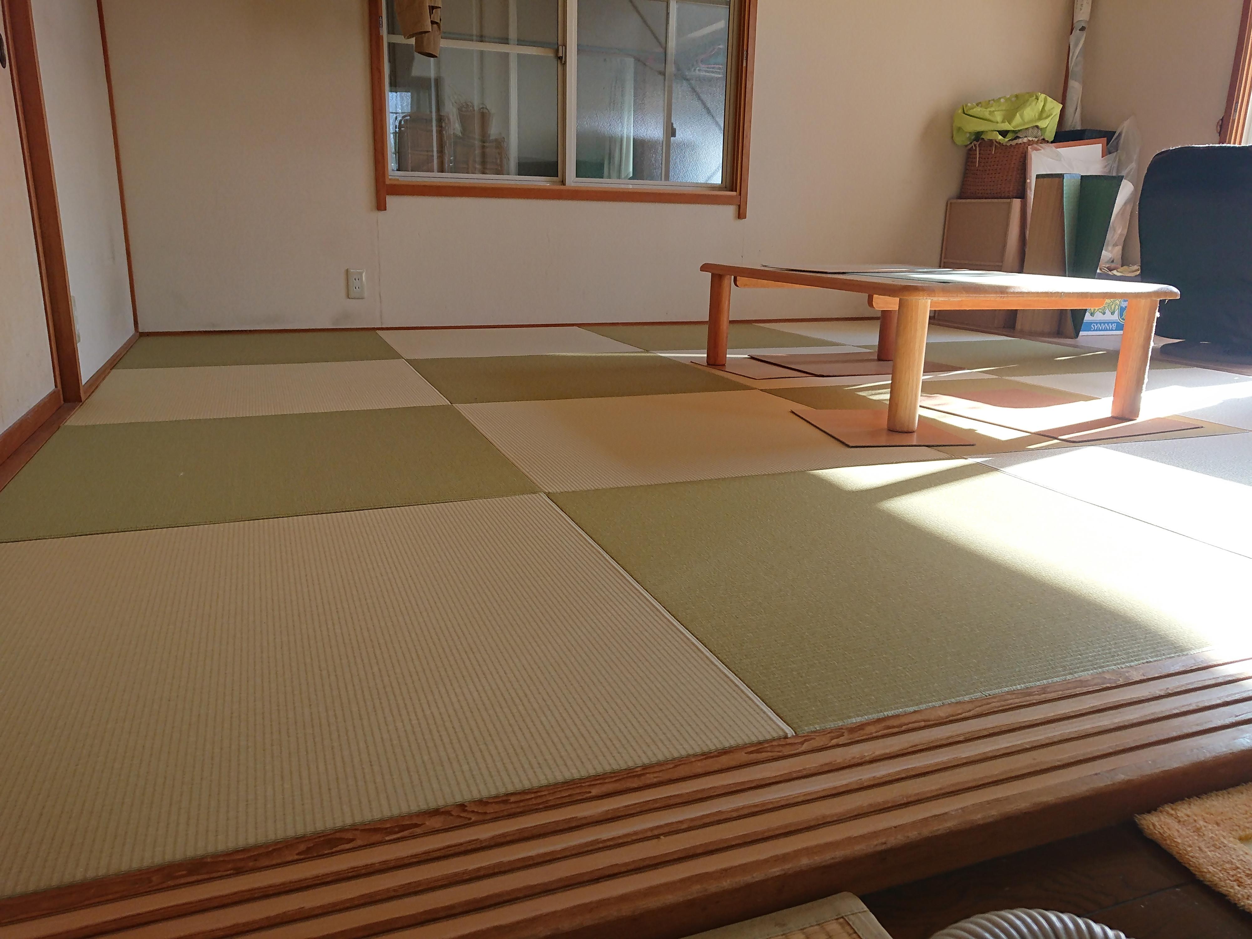 リフォームで、居間の畳を新規で入れ替えし、二色の和紙表で縁ナシに納めました。