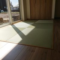 新築です。リビング横に畳コーナー。薄畳、美草使用、縁ナシ。