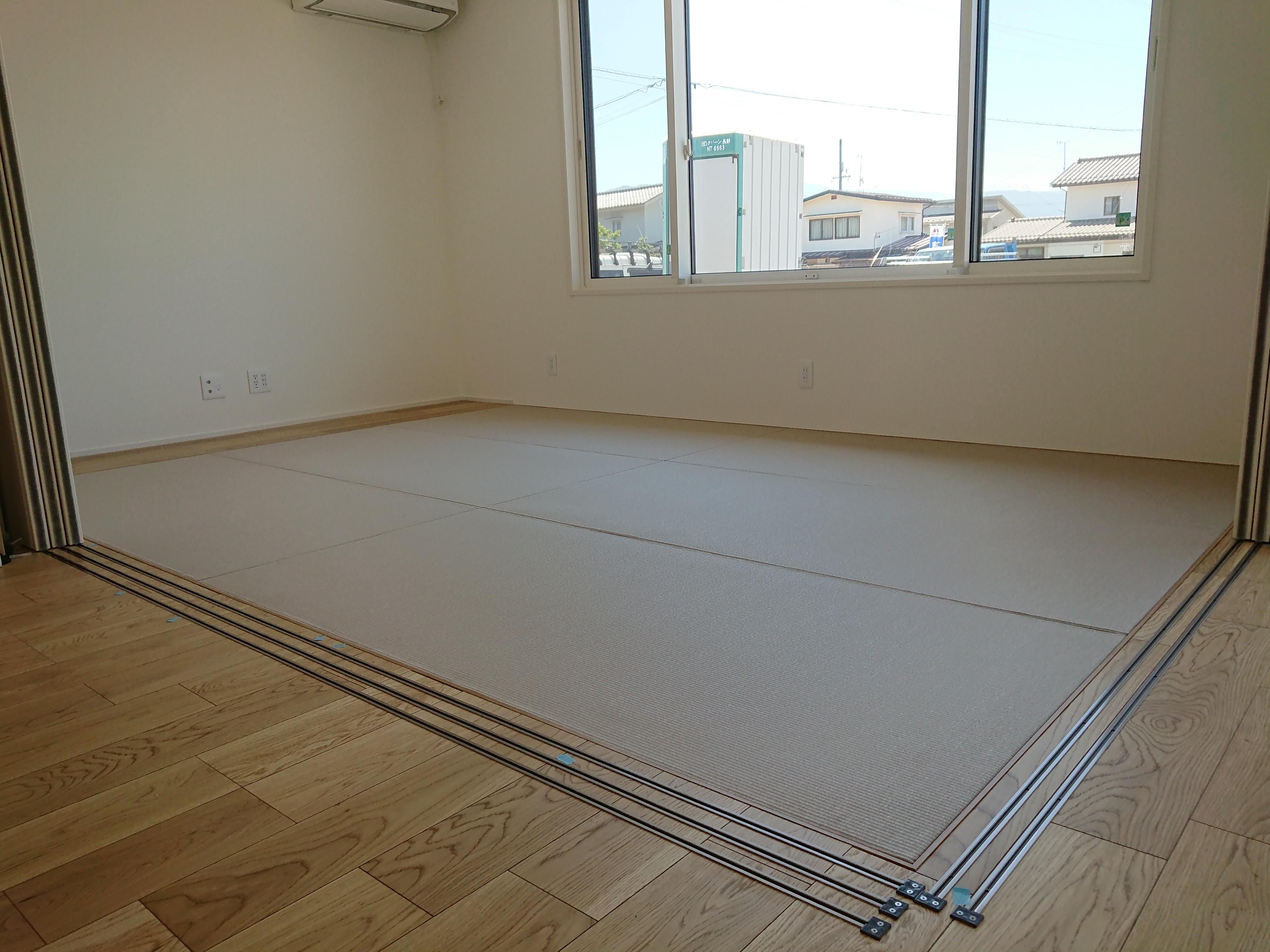 新築です、リビング横に畳コーナーです。和紙、縁ナシです。