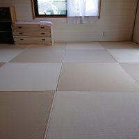 畳入れ替え工事です。縁付から縁ナシに変更、和紙表に。明るいお部屋になりました。