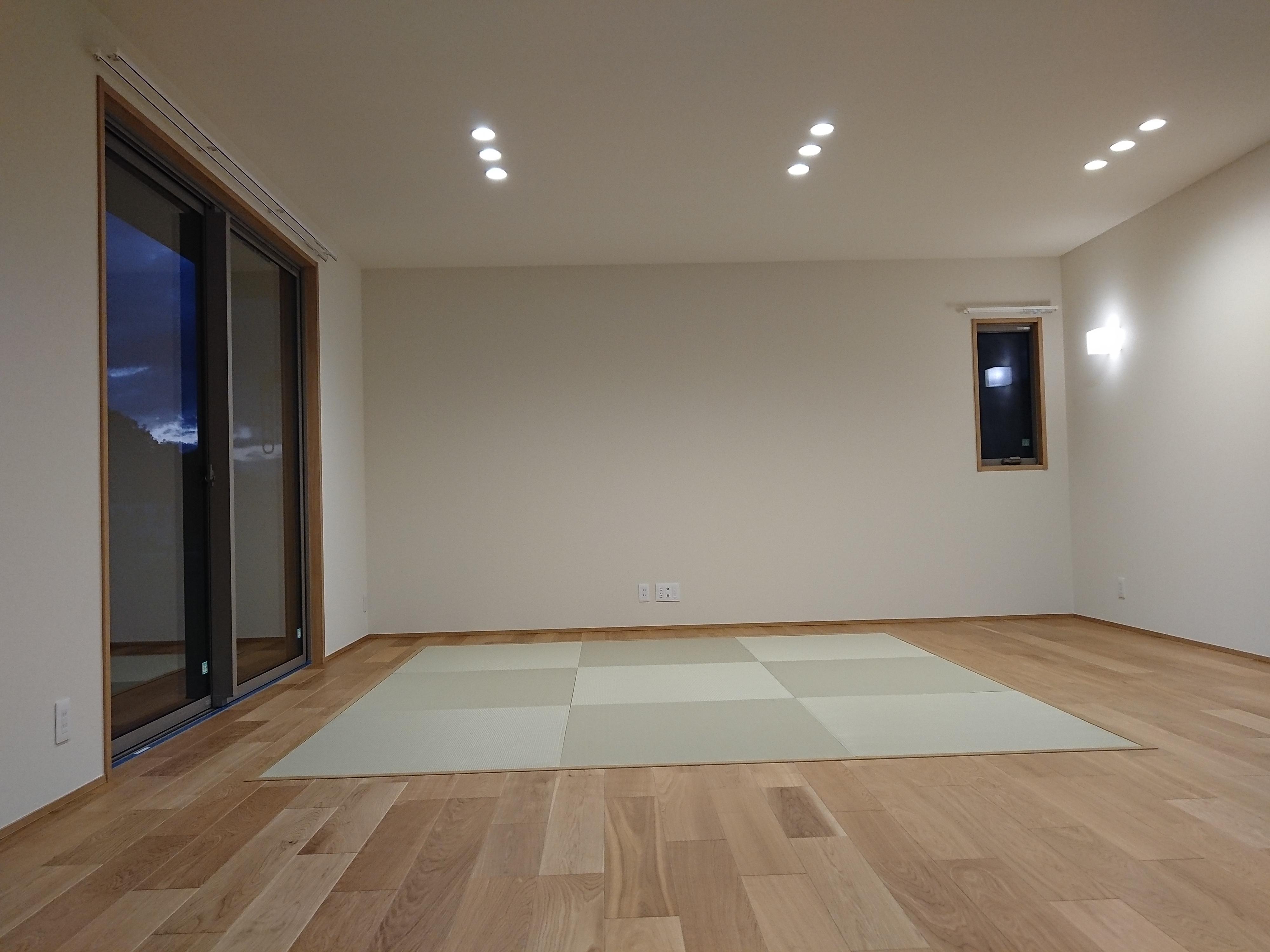 新築です、リビング側畳コーナーで薄畳縁ナシ、美草表リーフグリーン使用。床暖房使用です。